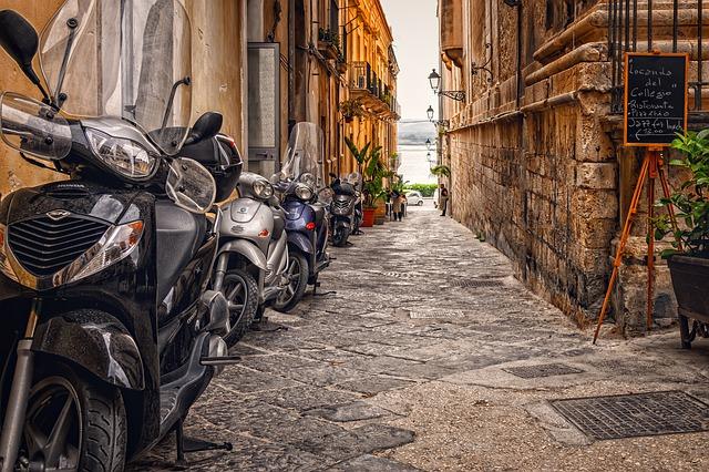 uliczka z motorowerami